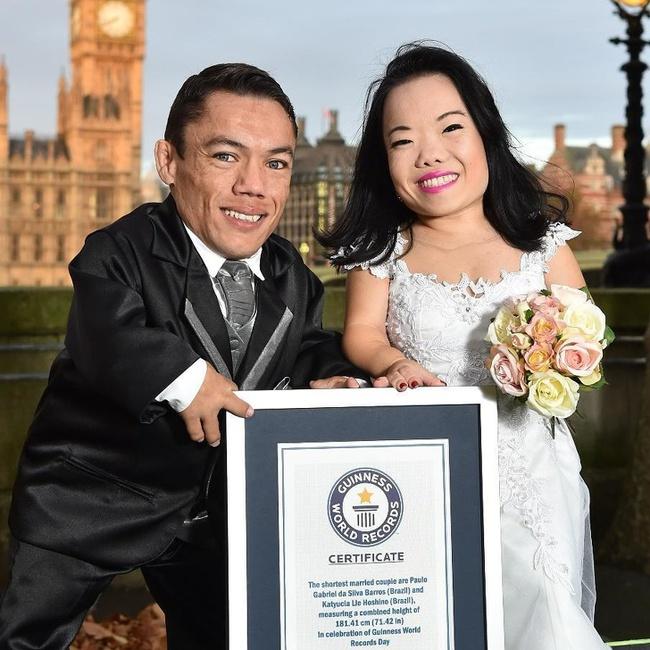 """Cặp đôi nhỏ bé nhất thế giới cao chưa đầy 1m: Quen biết trên mạng, chàng bị nàng """"block"""" vì nhạt nhẽo nhưng cuối cùng cũng nên duyên chồng vợ - Ảnh 1."""