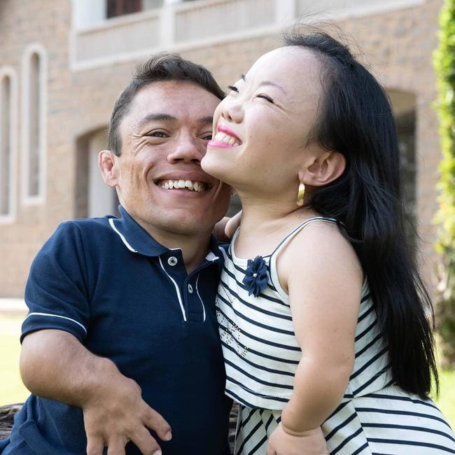 """Cặp đôi nhỏ bé nhất thế giới cao chưa đầy 1m: Quen biết trên mạng, chàng bị nàng """"block"""" vì nhạt nhẽo nhưng cuối cùng cũng nên duyên chồng vợ - Ảnh 3."""