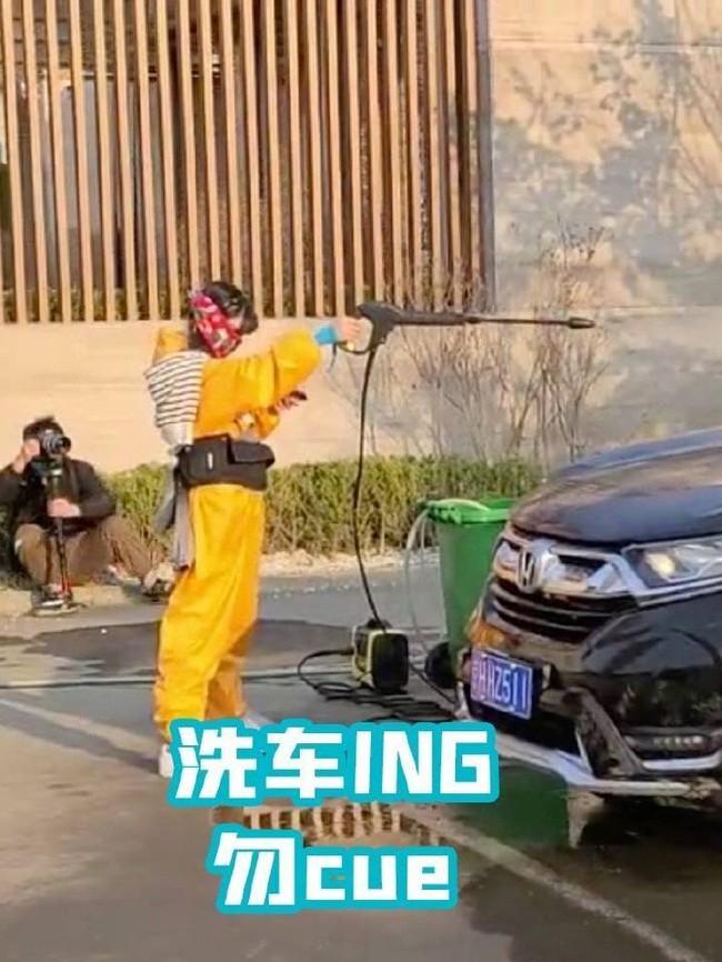 Trịnh Sảng che kín mít vẫn lộ vẻ gầy gò, Dương Mịch vừa gặp Đặng Luân đã lao vào ôm khiến CBiz nổi lửa - Ảnh 6.