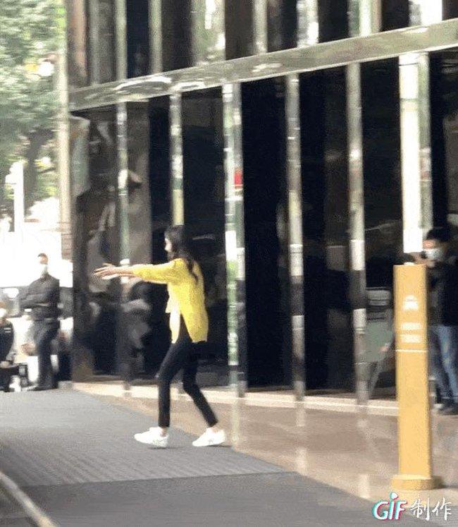 Trịnh Sảng che kín mít vẫn lộ vẻ gầy gò, Dương Mịch vừa gặp Đặng Luân đã lao vào ôm khiến CBiz nổi lửa - Ảnh 9.