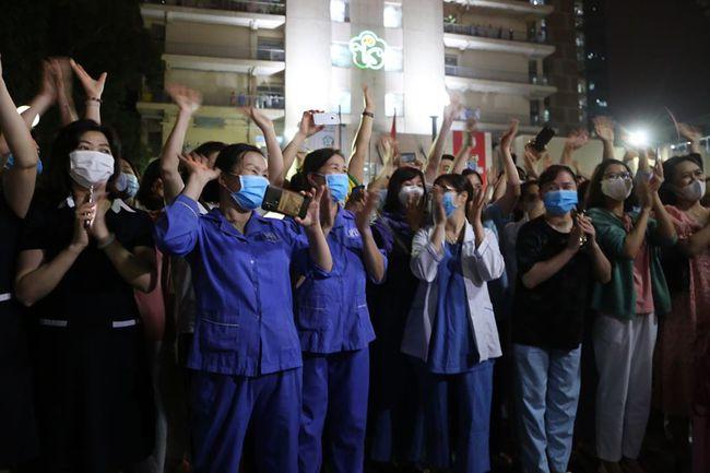 Cán bộ nhân viên y tế vui mừng sau lệnh dỡ bỏ cách ly