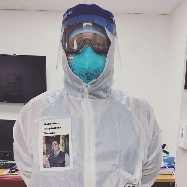 """Các nhân viên y tế đồng loạt dán """"bức ảnh đẹp nhất"""" của mình lên đồ bảo hộ, biết được lý do ai cũng rưng rưng xúc động - Ảnh 1."""