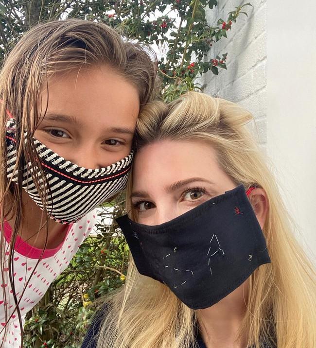 Con gái Tổng thống Trump gây bất ngờ khi đăng hình ảnh đeo khẩu trang tự làm ở nhà, vẫn xinh đẹp thần thái không kém gì Đệ nhất phu nhân Mỹ - Ảnh 2.