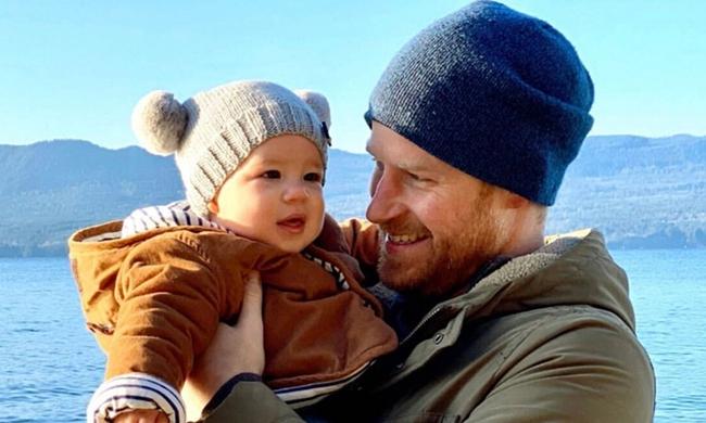 Harry bóng gió rời hoàng gia từ hè năm ngoái và từ chối lời đề nghị dùng tên con trai Archie đặt cho một máy bay chữa cháy - Ảnh 1.