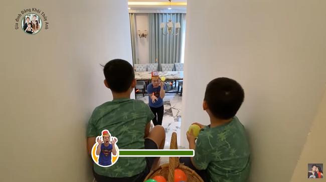 Vợ chồng Đăng Khôi mách nước 3 trò chơi thú vị cho con tại nhà, nhưng thái độ bất hợp tác của cậu út khiến ai cũng cười nắc nẻ - Ảnh 4.