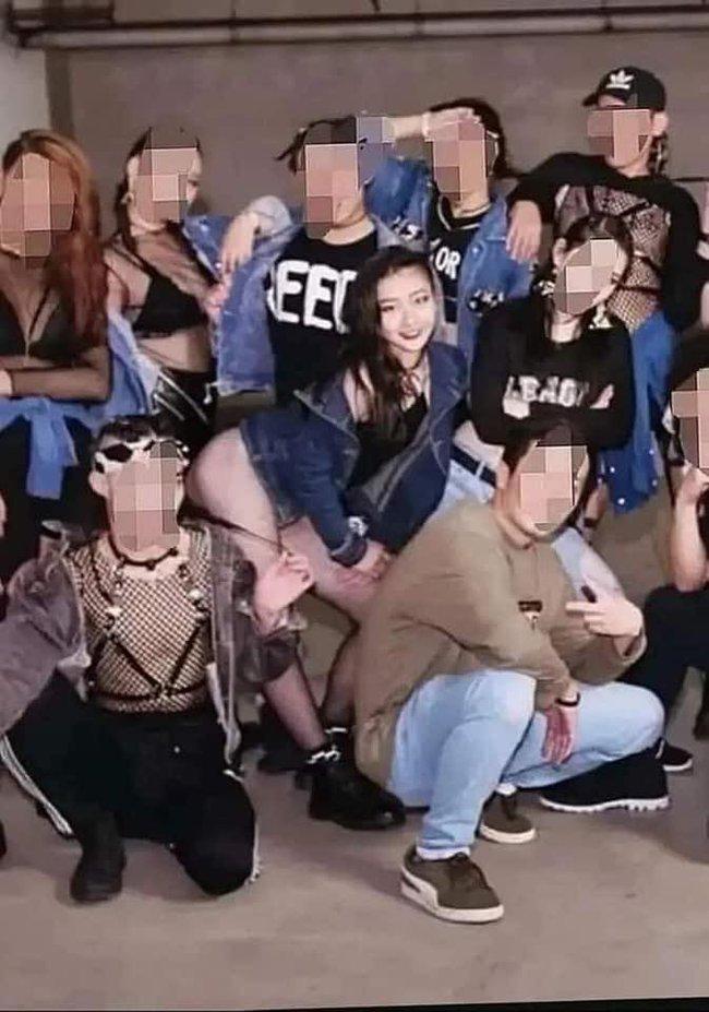 """""""Thanh xuân có bạn 2"""": Ngu Thư Hân bị đồng nghiệp sàm sỡ, Vương Thừa Tuyển lộ clip nhảy phản cảm - Ảnh 5."""
