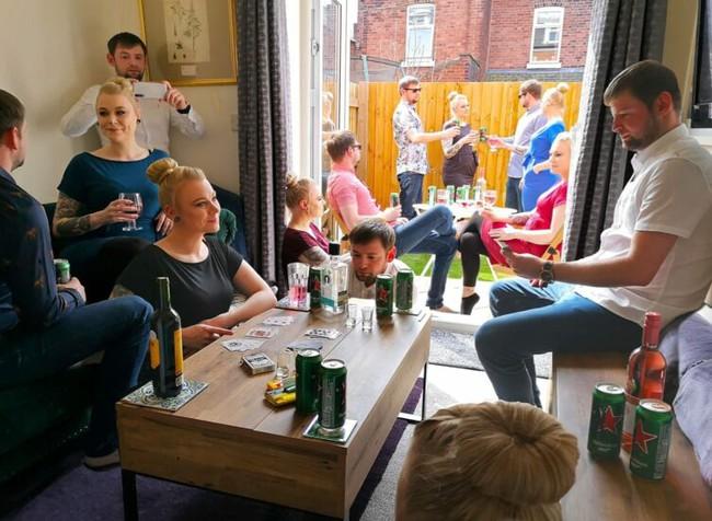 Bỏ qua yêu cầu giãn cách xã hội, cặp đôi mời nhiều khách đến tổ chức tiệc linh đình tại nhà nhưng nhìn vào bức ảnh chụp mới thấy sai sai - Ảnh 2.