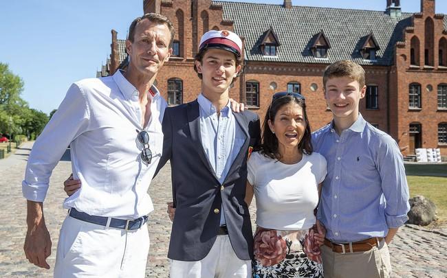 Hoàng tử Đan Mạch đẹp tựa nam thần khiến nhiều thiếu nữ tan giấc mộng khi giới thiệu bạn gái, người may mắn được chọn cũng vô cùng ưu tú - Ảnh 4.