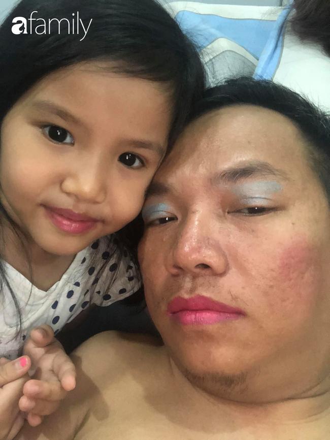 """Ở nhà tránh dịch: Con gái lôi bố ra làm người mẫu trang điểm, tô son hồng, mắt xanh xong chốt hạ một câu """"lịm người"""" - Ảnh 2."""