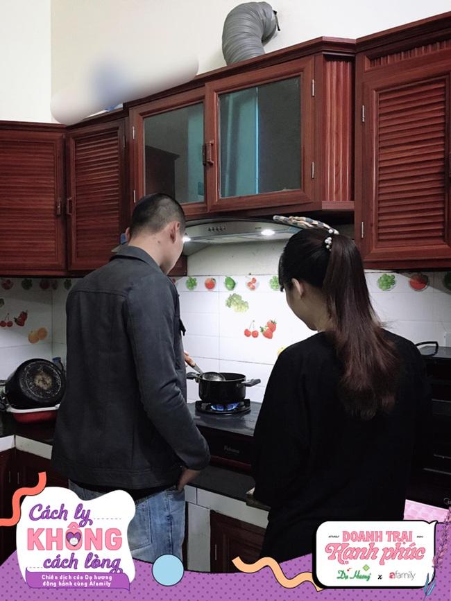 """Ở nhà giãn cách mùa dịch, vợ bất ngờ khi chồng hóa """"soái ca"""", nấu nướng, quét nhà không gì là không biết - Ảnh 4."""