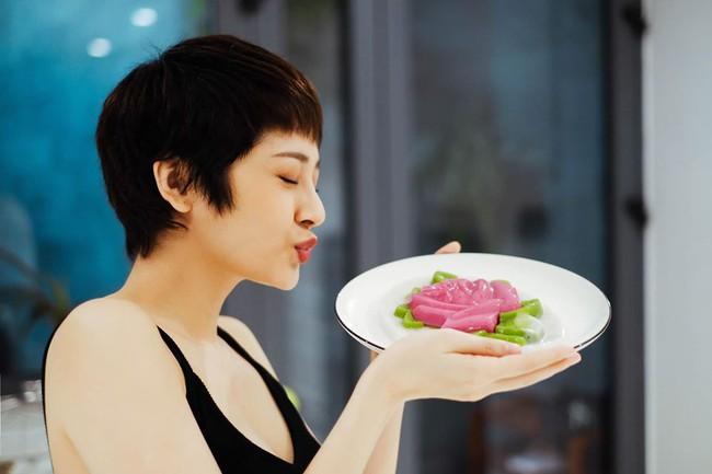 Bảo Anh tự tay làm rau câu tại nhà: Rau câu hoa hồng, màu hồng từ củ dền, màu xanh từ lá dứa.