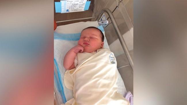 Còn đang nằm trên bàn mổ mà cứ thấy y tá nhao nhao tra cứu em bé sơ sinh nặng cân nhất, đến lúc biết số kg của con, bà mẹ bị sốc nặng - Ảnh 2.