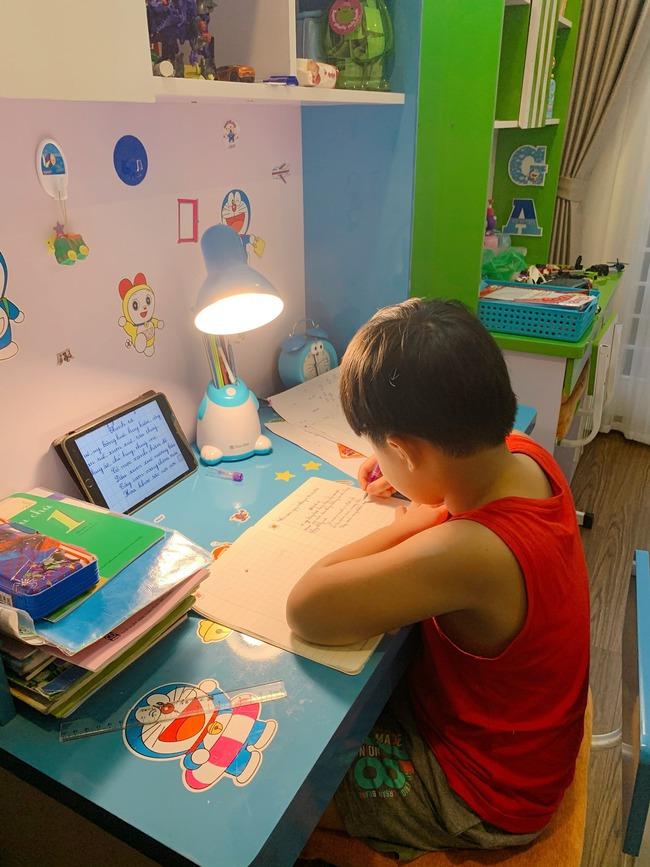 """MC Hoàng Linh than phát rồ vì dạy con học, """"bao nhiêu yêu thương vun vén đến giờ học là sứt mẻ hết"""" - Ảnh 1."""