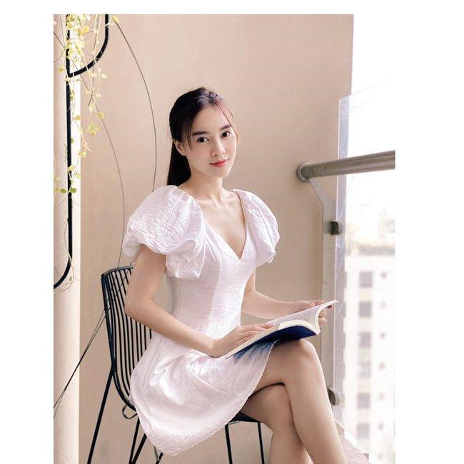 Ninh Dương Lan Ngọc tranh thủ chụp hình khi đọc sách.
