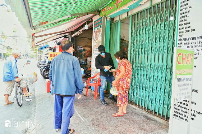 """Khi người Sài Gòn không có gì ngoài tình yêu nên """"chẳng nỡ bỏ mặc lúc bà con cần sự giúp đỡ, ít cơm, gạo, mì giữ dùng lấy thảo"""" trong những ngày đầu cách ly xã hội - Ảnh 9."""