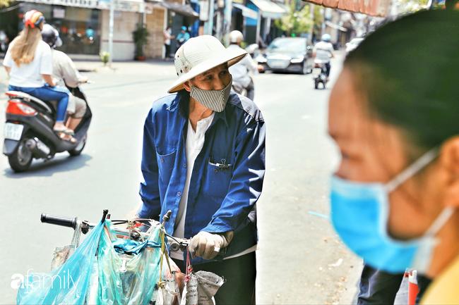 """Khi người Sài Gòn không có gì ngoài tình yêu nên """"chẳng nỡ bỏ mặc lúc bà con cần sự giúp đỡ, ít cơm, gạo, mì giữ dùng lấy thảo"""" trong những ngày đầu cách ly xã hội - Ảnh 10."""