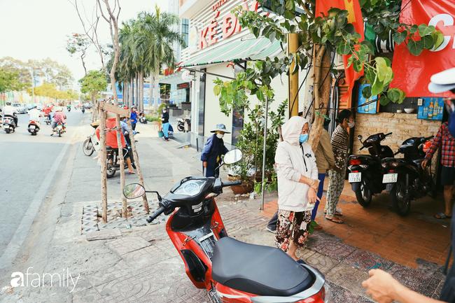 """Khi người Sài Gòn không có gì ngoài tình yêu nên """"chẳng nỡ bỏ mặc lúc bà con cần sự giúp đỡ, ít cơm, gạo, mì giữ dùng lấy thảo"""" trong những ngày đầu cách ly xã hội - Ảnh 17."""