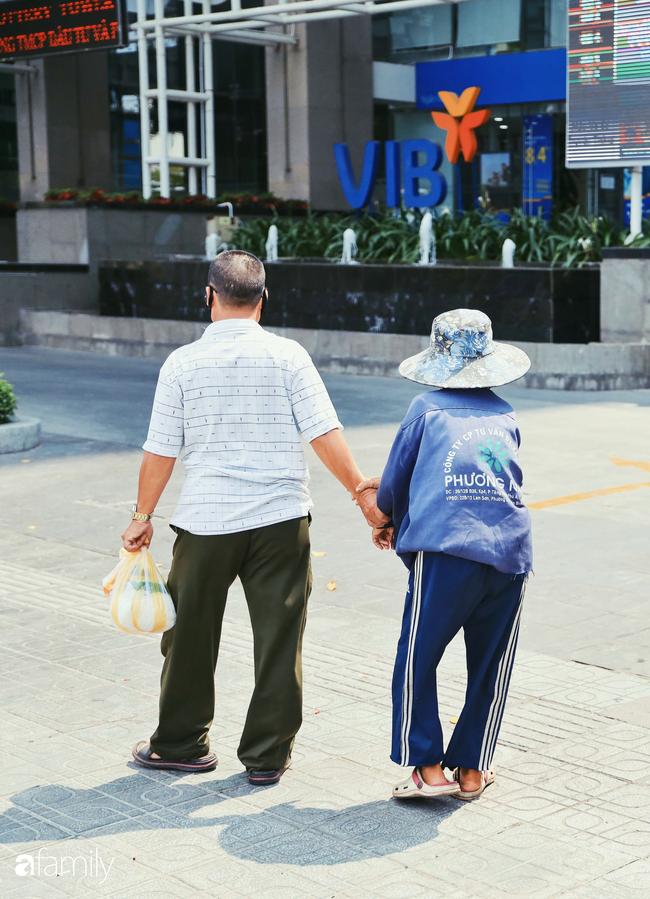 """Khi người Sài Gòn không có gì ngoài tình yêu nên """"chẳng nỡ bỏ mặc lúc bà con cần sự giúp đỡ, ít cơm, gạo, mì giữ dùng lấy thảo"""" trong những ngày đầu cách ly xã hội - Ảnh 18."""
