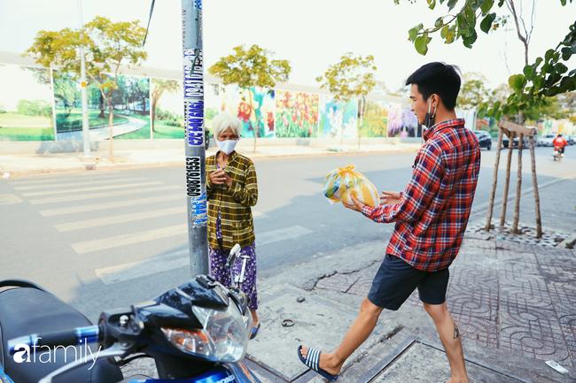 """Khi người Sài Gòn không có gì ngoài tình yêu nên """"chẳng nỡ bỏ mặc lúc bà con cần sự giúp đỡ, ít cơm, gạo, mì giữ dùng lấy thảo"""" trong những ngày đầu cách ly xã hội - Ảnh 19."""