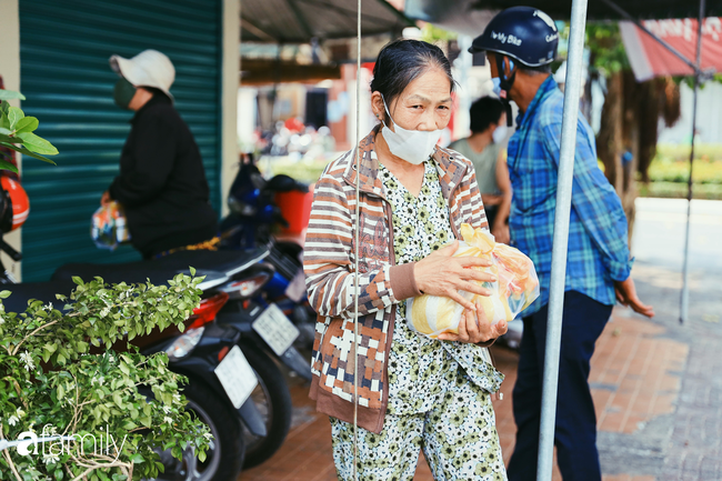 """Khi người Sài Gòn không có gì ngoài tình yêu nên """"chẳng nỡ bỏ mặc lúc bà con cần sự giúp đỡ, ít cơm, gạo, mì giữ dùng lấy thảo"""" trong những ngày đầu cách ly xã hội - Ảnh 20."""