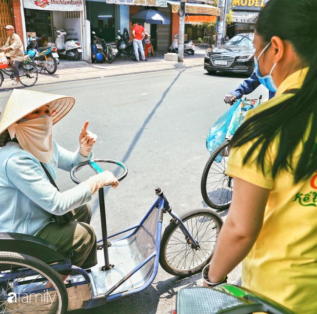 """Khi người Sài Gòn không có gì ngoài tình yêu nên """"chẳng nỡ bỏ mặc lúc bà con cần sự giúp đỡ, ít cơm, gạo, mì giữ dùng lấy thảo"""" trong những ngày đầu cách ly xã hội - Ảnh 21."""