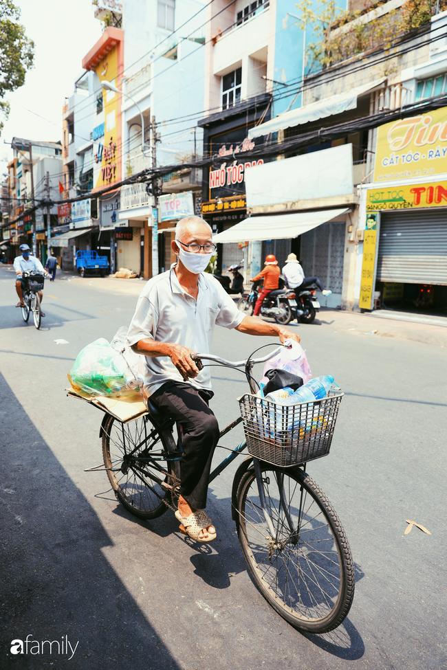 """Khi người Sài Gòn không có gì ngoài tình yêu nên """"chẳng nỡ bỏ mặc lúc bà con cần sự giúp đỡ, ít cơm, gạo, mì giữ dùng lấy thảo"""" trong những ngày đầu cách ly xã hội - Ảnh 22."""