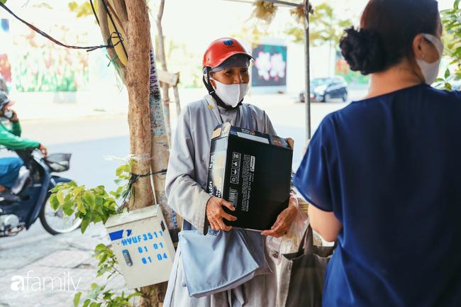 """Khi người Sài Gòn không có gì ngoài tình yêu nên """"chẳng nỡ bỏ mặc lúc bà con cần sự giúp đỡ, ít cơm, gạo, mì giữ dùng lấy thảo"""" trong những ngày đầu cách ly xã hội - Ảnh 23."""