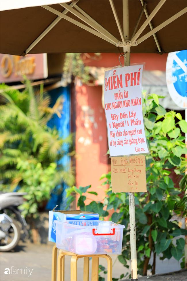 """Khi người Sài Gòn không có gì ngoài tình yêu nên """"chẳng nỡ bỏ mặc lúc bà con cần sự giúp đỡ, ít cơm, gạo, mì giữ dùng lấy thảo"""" trong những ngày đầu cách ly xã hội - Ảnh 24."""
