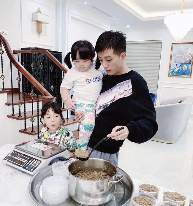 """Cuộc sống mùa dịch của các hot mom: Hằng Túi chỉ thích ra vườn chơi đùa với con, siêu mẫu Hà Anh tận hưởng kỳ """"du lịch tại gia"""" sang chảnh - Ảnh 15."""