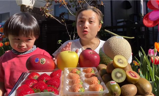 Quỳnh Trần JP thưởng thức mâm trái cây đắt đỏ giữa vườn nhà đầy hoa, mua hẳn giống xoài giá bạc triệu 1 trái, chịu nắng nóng để ngồi quay vlog - Ảnh 1.