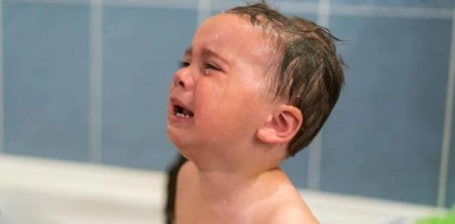 Chỉ 1 phút bất cẩn khi tắm cho con, tinh hoàn của cậu bé 2 tuổi bị mắc kẹt khiến ai nấy cũng phải thót tim - Ảnh 2.