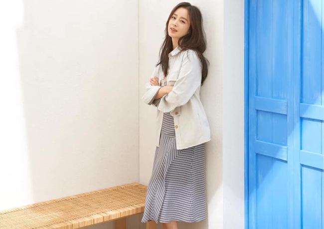 """Vừa bị chê tăng cân, Kim Tae Hee lại tung những khoảnh khắc đẹp ná thở chứng minh nhan sắc ngày càng lên hương dù đã là """"bà mẹ hai con"""" - Ảnh 3."""