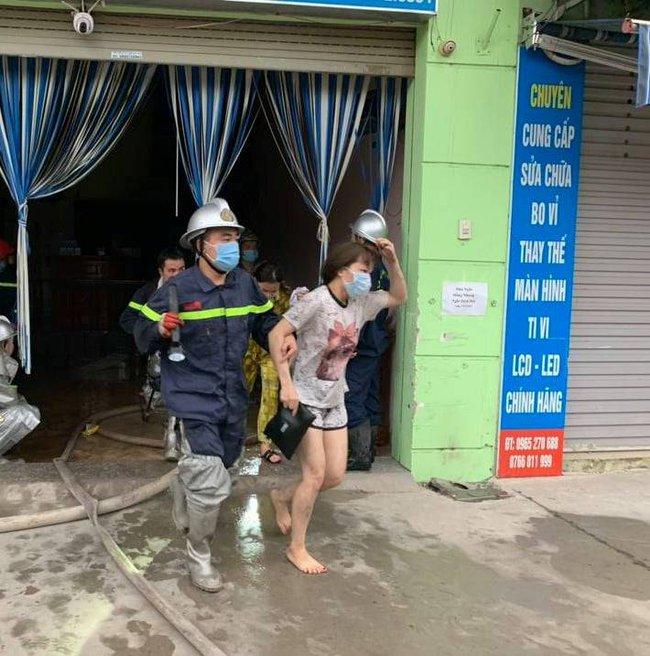 Hà Nội: Cảnh sát giải cứu 4 người trong đám cháy ở nhà nghỉ - Ảnh 1.