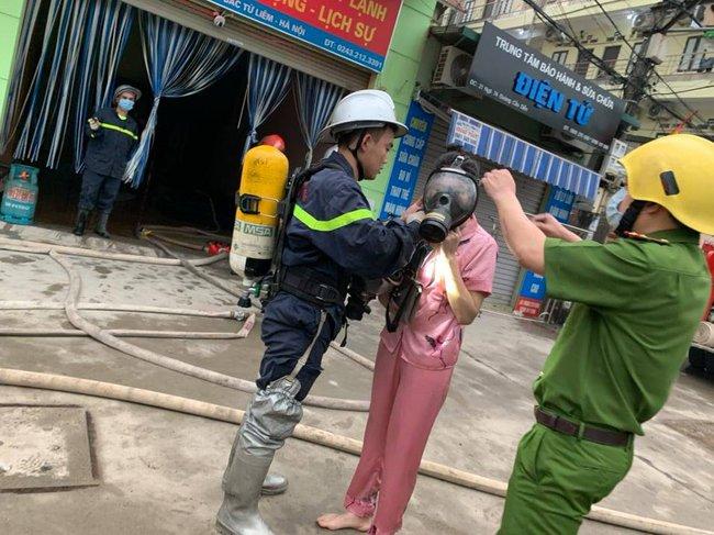 Hà Nội: Cảnh sát giải cứu 4 người trong đám cháy ở nhà nghỉ - Ảnh 2.