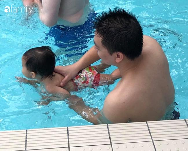 """Những lầm tưởng về """"nuôi con kiểu Tây"""" nhìn từ vụ bé trai 16 tháng tuổi gào thét, sợ hãi khi học bơi - Ảnh 3."""