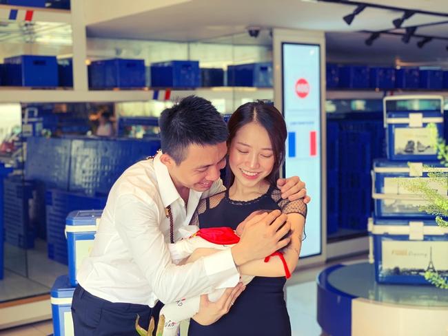 Đại gia Minh Nhựa hạnh phúc khoe ảnh cháu ngoại và con gái cưng, lần đầu tiết lộ thành viên mới của đại gia đình - Ảnh 1.