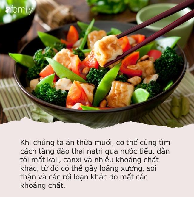 9 thực phẩm thơm ngon này chứa nhiều muối hơn bạn tưởng, ăn thường xuyên sẽ tăng nguy cơ suy tim, suy thận thậm chí ung thư dạ dày - Ảnh 2.