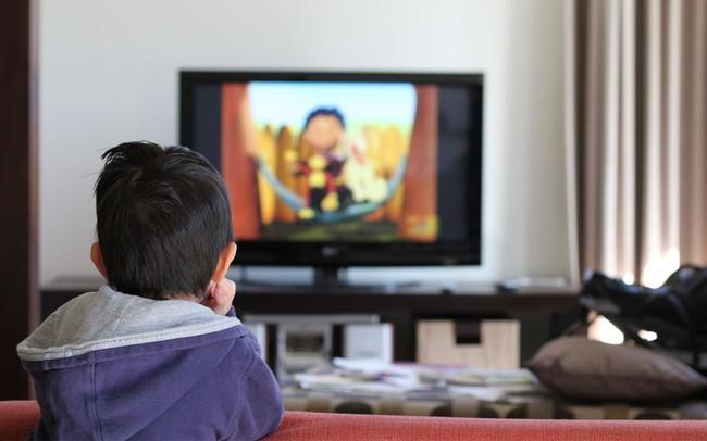 Những lưu ý khi cho con dùng tivi, điện thoại thời điểm trước-trong-sau dịp nghỉ tránh dịch dài ngày - Ảnh 2.