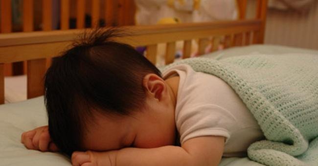 Em bé 3 tháng tuổi chết trong cũi khi mẹ nghe theo lời tư vấn của Trung tâm rèn trẻ tự ngủ là cho con nằm sấp và mặc kệ con khóc - Ảnh 2.