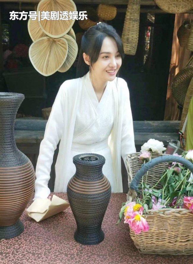 """""""Tân Thiến nữ u hồn"""": Lộ cảnh Trịnh Sảng làm đám cưới, cố mặc đồ rộng nhưng vẫn gầy đến mức mất hẳn vòng 1 - Ảnh 6."""