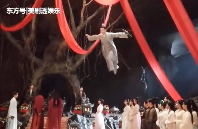 """""""Tân Thiến nữ u hồn"""": Lộ cảnh Trịnh Sảng làm đám cưới, cố mặc đồ rộng nhưng vẫn gầy đến mức mất hẳn vòng 1 - Ảnh 4."""