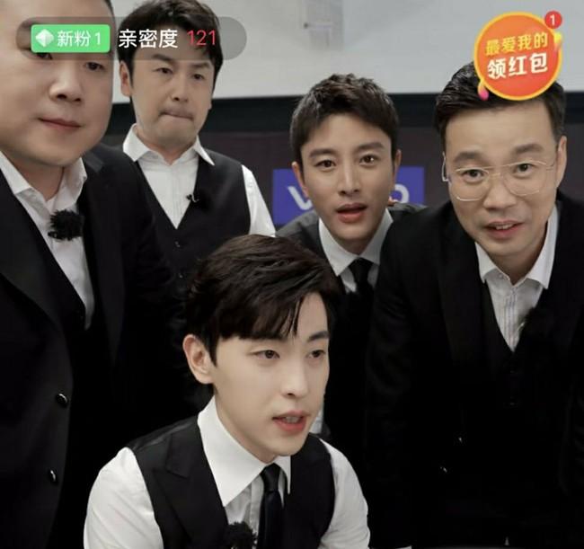 Livestream cho show thực tế, Đặng Luân xấu hổ vì hát quên lời vậy mà vẫn khiến fan u mê vì quá đẹp trai  - Ảnh 4.