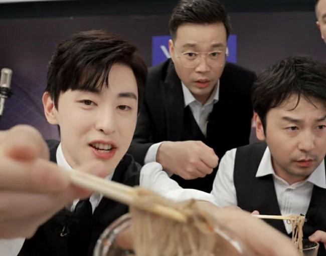 Livestream cho show thực tế, Đặng Luân xấu hổ vì hát quên lời vậy mà vẫn khiến fan u mê vì quá đẹp trai  - Ảnh 8.