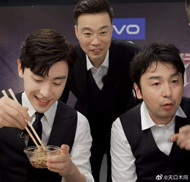 Livestream cho show thực tế, Đặng Luân xấu hổ vì hát quên lời vậy mà vẫn khiến fan u mê vì quá đẹp trai  - Ảnh 2.