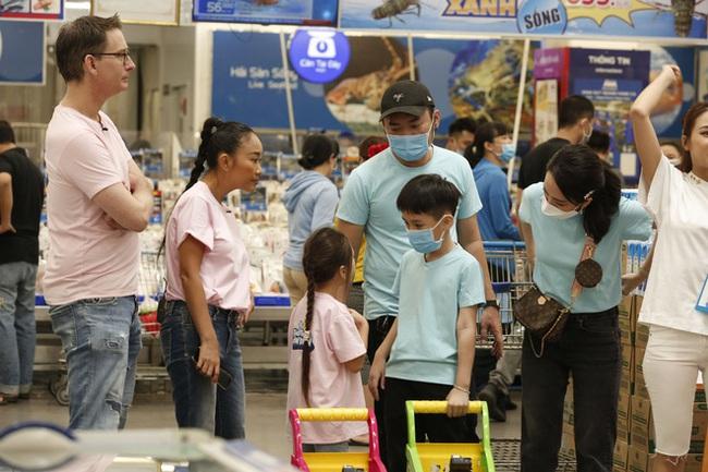 """Con gái Đoan Trang bám riết con trai Thu Trang - Tiến Luật, bố mẹ 2 nhà còn kịch liệt """"đẩy thuyền"""" - Ảnh 3."""