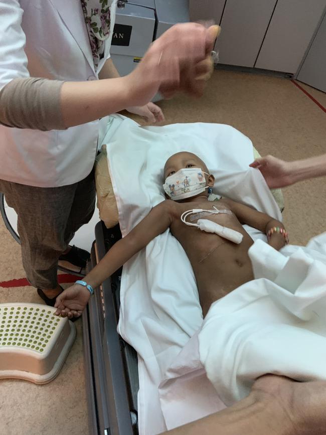 Bé 5 tuổi đang khỏe mạnh bình thường, bị đau bụng và sốt, đi khám thì đã ra u ác tính và hành trình cần đến phép màu - Ảnh 32.