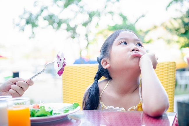 Bác sĩ nhi chỉ rõ có 1 sai lầm khi cho con ăn khiến trẻ biếng ăn mà bố mẹ không ngờ tới - Ảnh 2.