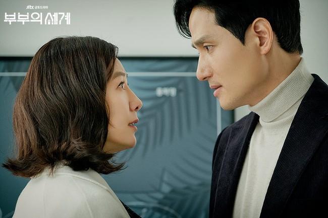 """""""Quân vương bất diệt"""" đầu tư hơn 600 tỷ nhưng rating vẫn thua """"Thế giới hôn nhân"""", Kim Go Eun bị chê ăn may nhờ có Gong Yoo - Lee Dong Wook - Ảnh 2."""