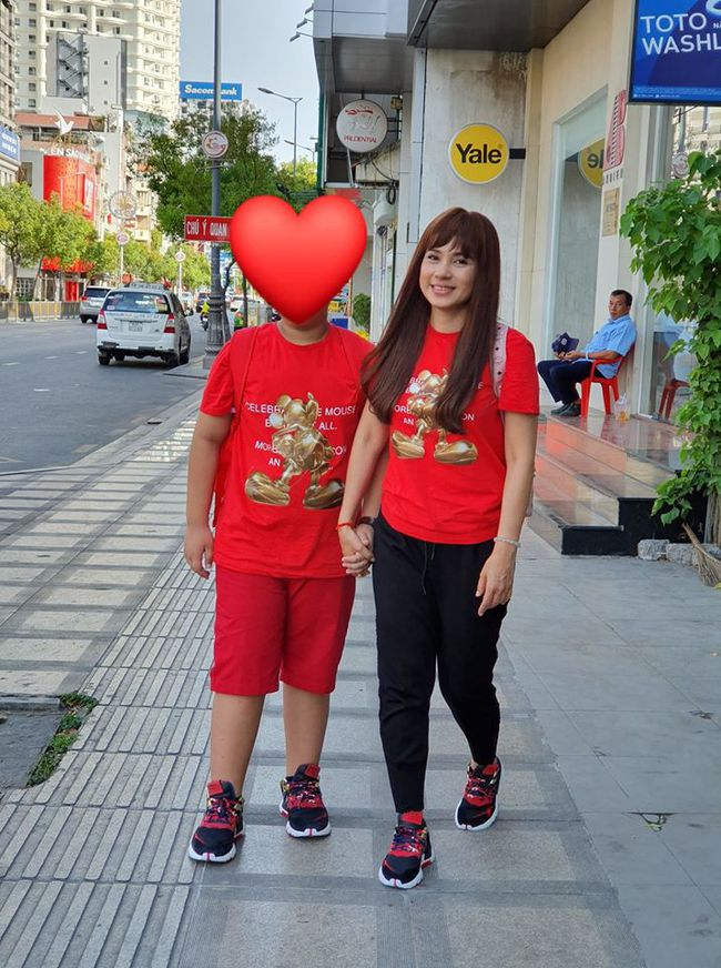 Việt Trinh và con trai mong sớm hết dịch để được tung tăng như trước.