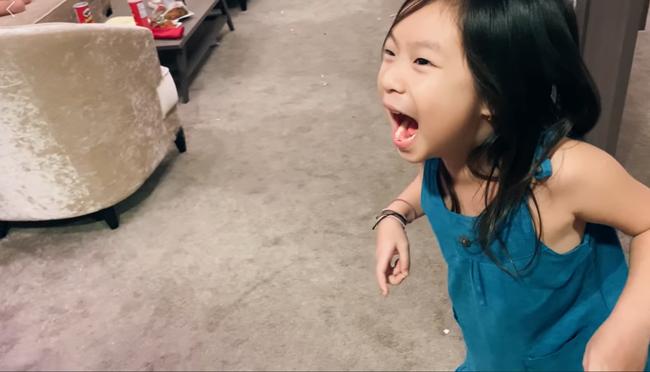 Lý Hải nhổ răng cho Cherry theo kiểu truyền thống, ai xem cũng thót tim nhưng cô bé lại có biểu cảm đáng ngưỡng mộ - Ảnh 3.